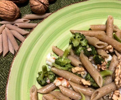 Penne rigate integrali con broccoli, gamberi e noci